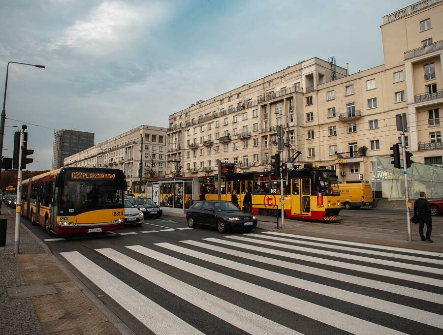 Porówneo: Pierwszeństwo pieszych przy wchodzeniu na pasy