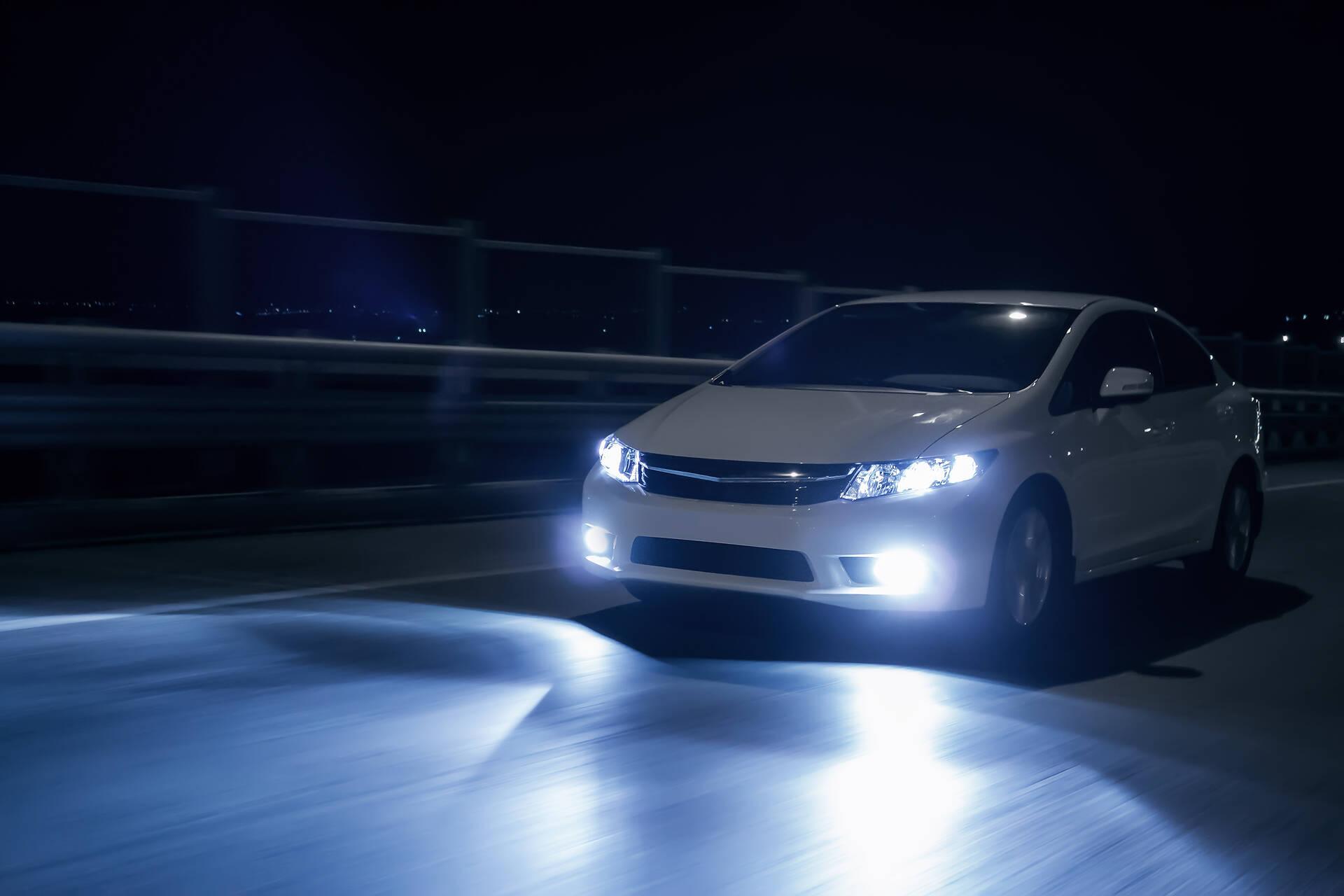 Porówneo: Reflektory adaptacyjne w samochodach – czym są i jak działają?