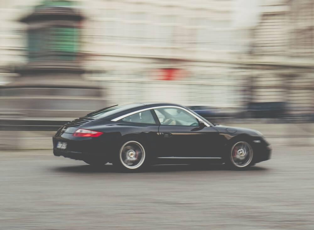Porówneo: Czy warto kupować auto z dużym przebiegiem?