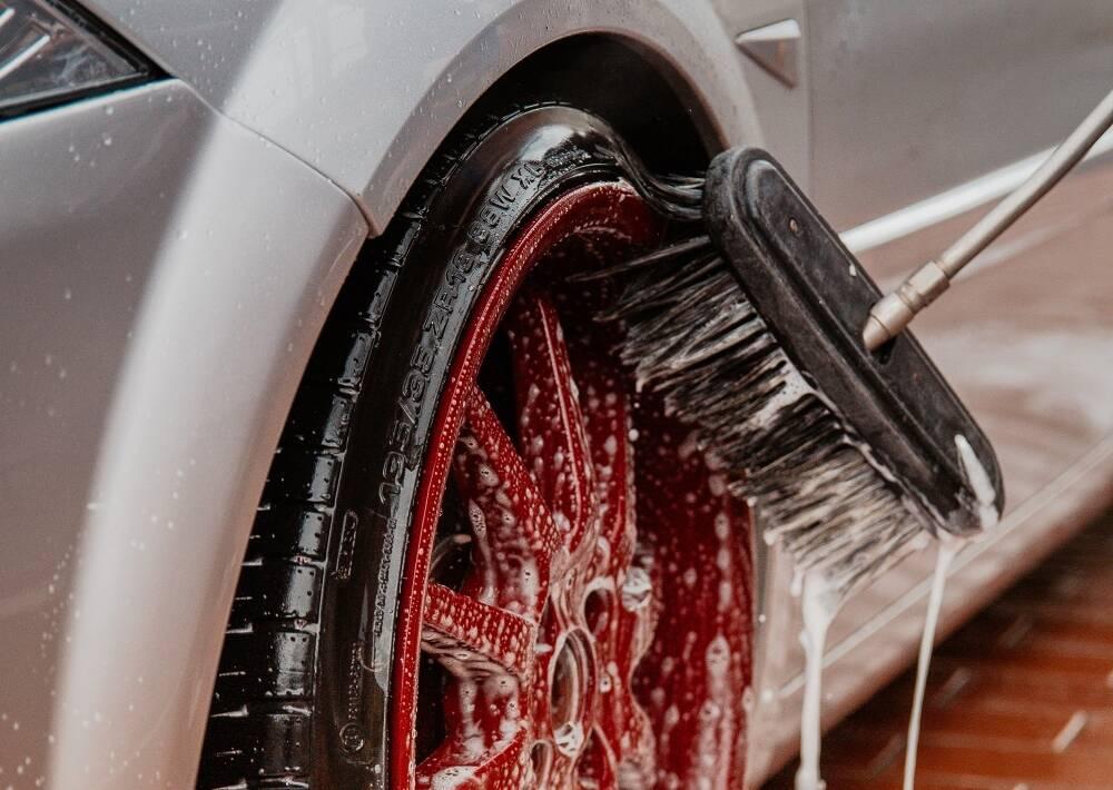Porówneo: Która opcja mycia samochodu najbardziej się opłaca?