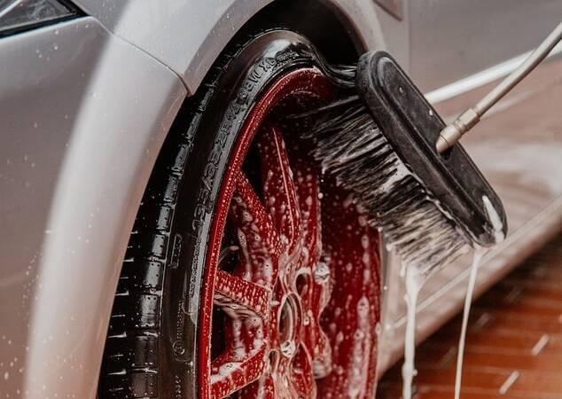 Porówneo: Czy można myć samochód na własnej posesji?