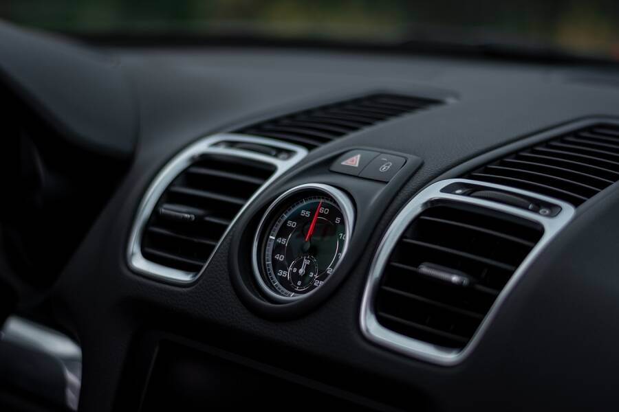 Porówneo: Czy warto instalować klimatyzację w samochodzie?