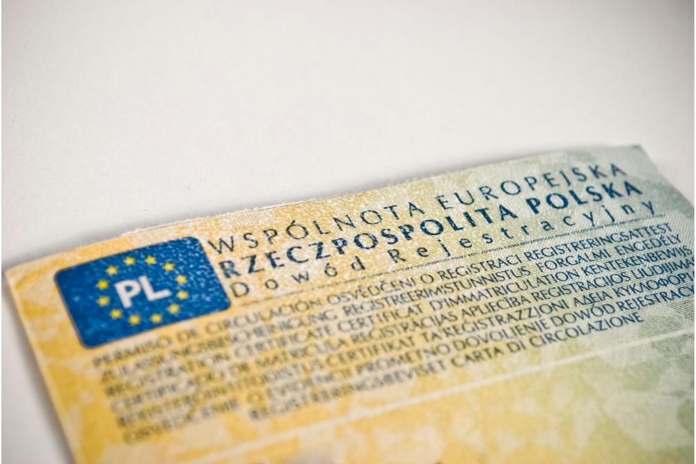 Porówneo: Oznaczenia i kod na dowodzie rejestracyjnym – co oznaczają?