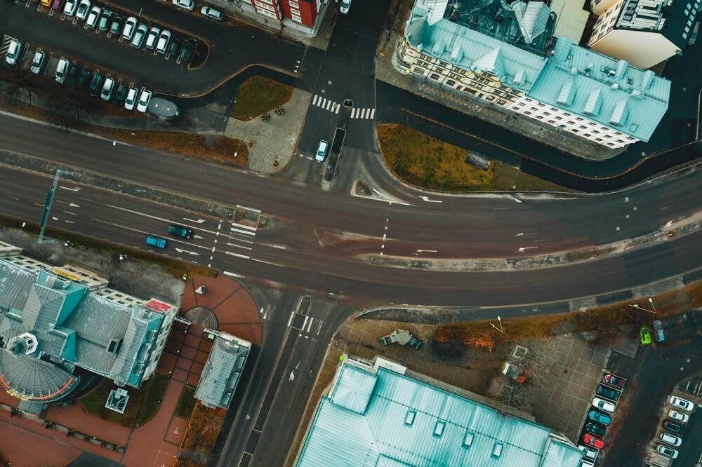 Porówneo: Co oznaczają znaki poziome na drodze i skrzyżowaniu?