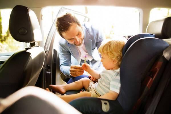 Porówneo: Od kiedy możliwe jest przewożenie dziecka na przednim siedzeniu?