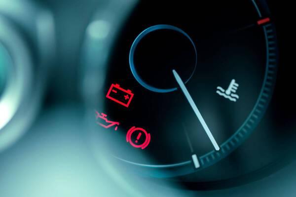 Porówneo: Kontrolki w samochodzie – jak wyglądają? Co oznaczają? Przy których trzeba zaprzestać dalszej jazdy?