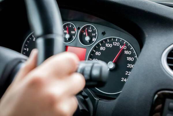 Porówneo: Dopuszczalne prędkości na drogach – sprawdź, jak szybko możesz jeździć