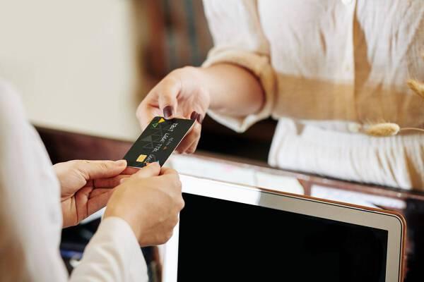 Porówneo: Jak płacić za granicą, aby nie narażać się na dodatkowe koszty?